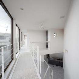 三角プランの家~斜め線で室内と室外に分かれる家~ (2階廊下(撮影:加斗タカオ))