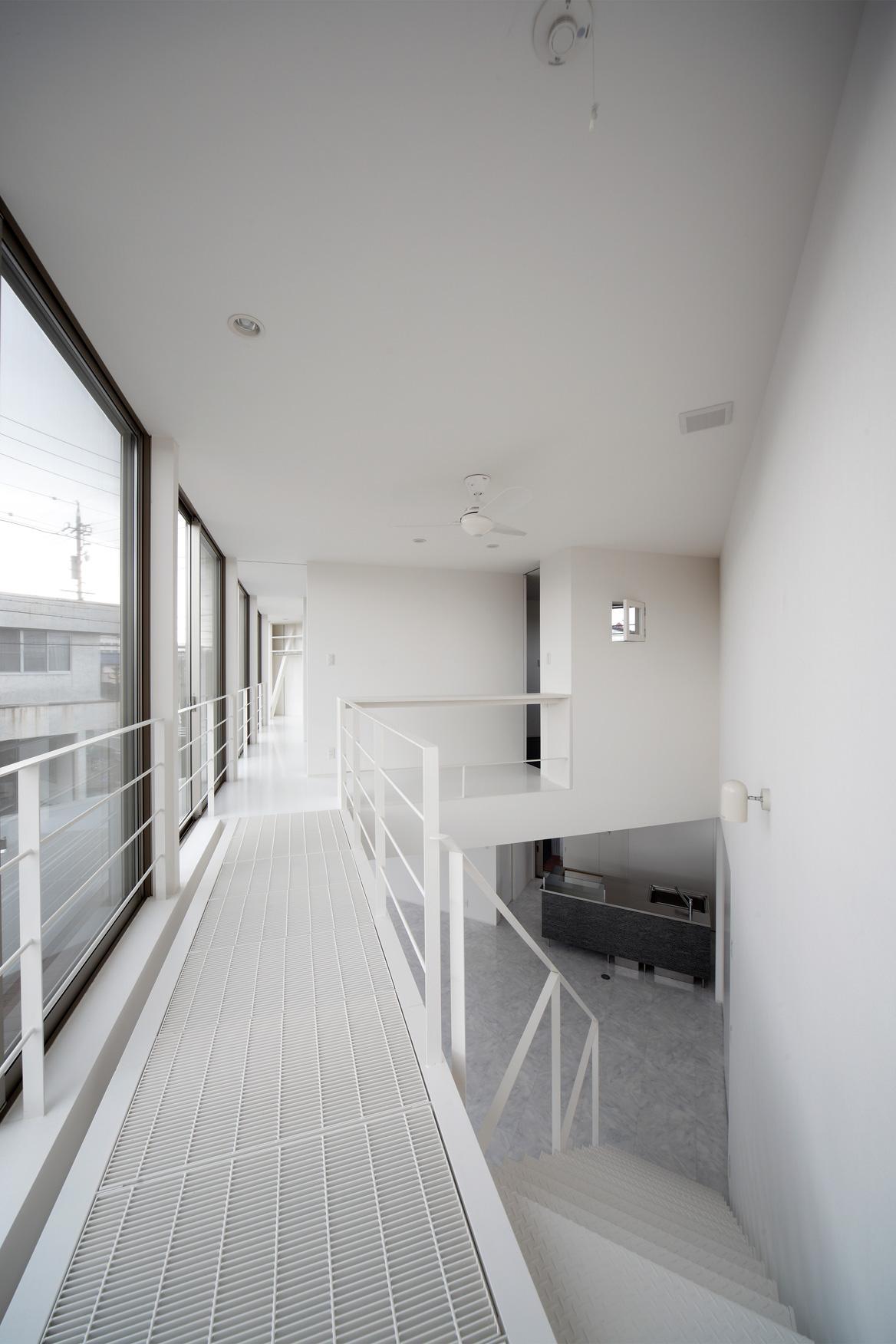 三角プランの家~斜め線で室内と室外に分かれる家~の部屋 2階廊下(撮影:加斗タカオ)