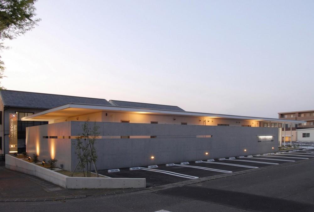 県立大学前クリニック~低く構えた シンプルなクリニック~ (クリニック駐車場)