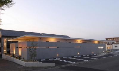 クリニック駐車場|県立大学前クリニック~低く構えた シンプルなクリニック~