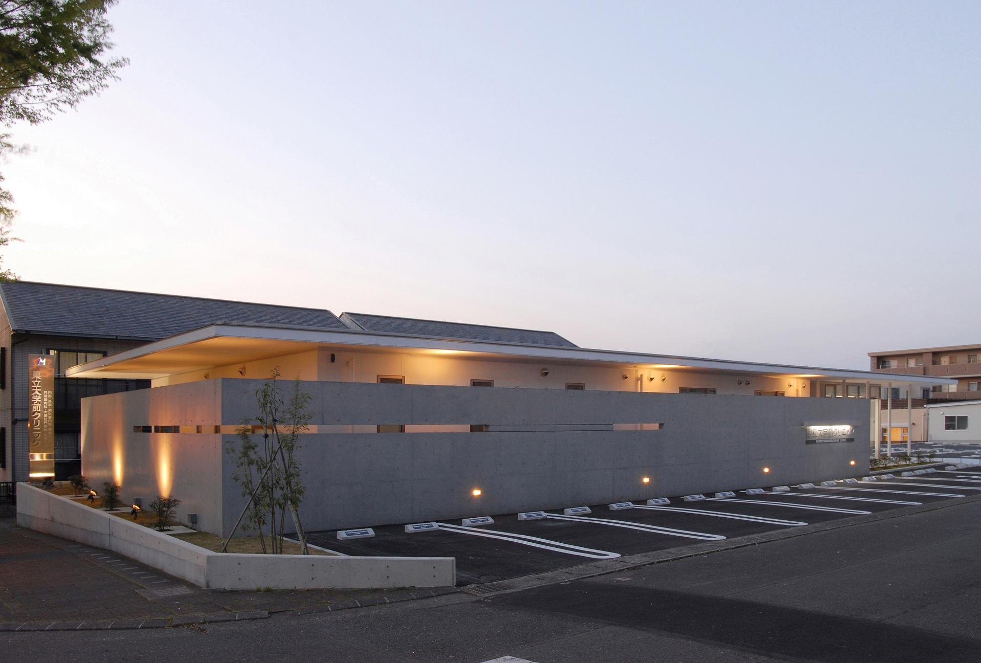 県立大学前クリニック~低く構えた シンプルなクリニック~の写真 クリニック駐車場