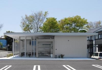 エントランス外観 (県立大学前クリニック~低く構えた シンプルなクリニック~)