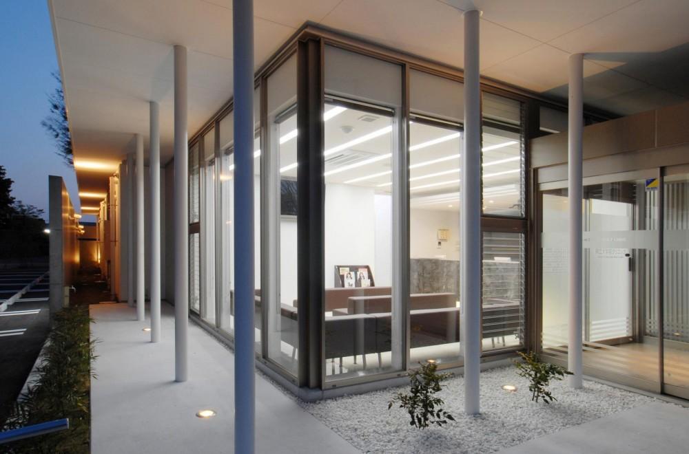 県立大学前クリニック~低く構えた シンプルなクリニック~ (外から待合室を見る)