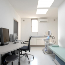 県立大学前クリニック~低く構えた シンプルなクリニック~ (クリニック診察室)