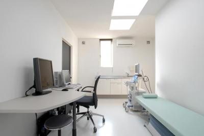 クリニック診察室 (県立大学前クリニック~低く構えた シンプルなクリニック~)