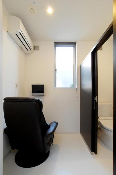 トイレ1 (県立大学前クリニック~低く構えた シンプルなクリニック~)