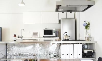 ミニマルで豊かな家 (キッチン)