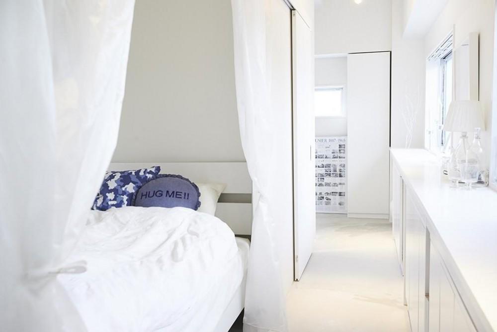 ミニマルで豊かな家 (寝室)