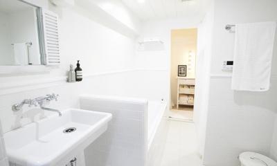 ミニマルで豊かな家 (バスルーム)