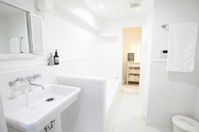 バスルーム (ミニマルで豊かな家)