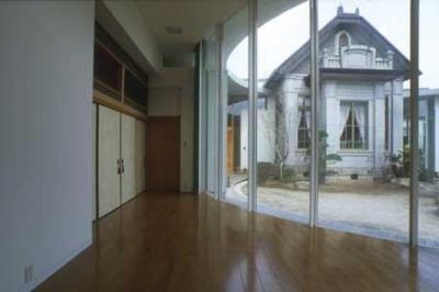 mor (中庭に面した開放的な空間(撮影:satoshi asakawa))