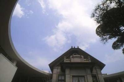 中庭から空を見上げる(撮影:satoshi asakawa) (mor)