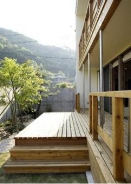 岩崎の二世帯住宅 (ウッドデッキテラス(撮影:EIICHI TAKAYAMA))