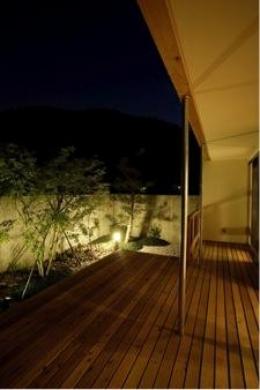 岩崎の二世帯住宅 (ウッドデッキテラス-夜景(撮影:EIICHI TAKAYAMA))
