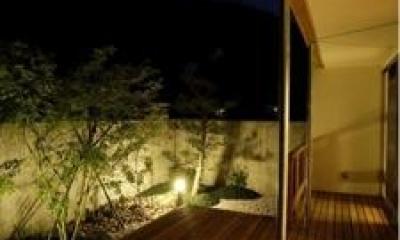 ウッドデッキテラス-夜景(撮影:EIICHI TAKAYAMA)|岩崎の二世帯住宅