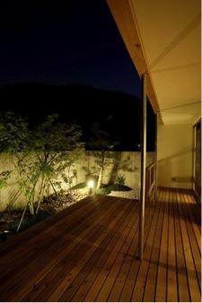 岩崎の二世帯住宅の部屋 ウッドデッキテラス-夜景(撮影:EIICHI TAKAYAMA)