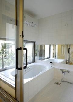 バス/トイレ事例:親世帯浴室(撮影:EIICHI TAKAYAMA)(岩崎の二世帯住宅)