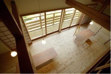 岩崎の二世帯住宅の部屋 2階よりリビングダイニングを見下ろす(撮影:EIICHI TAKAYAMA)