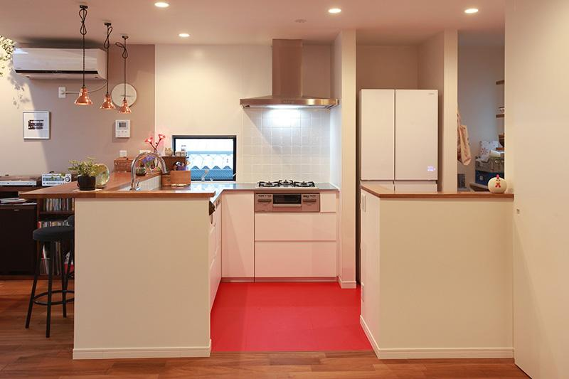 """ご夫婦の「こうしたい」を一つひとつ叶えた """"どこを見ても愛おしい家""""の写真 キッチン"""