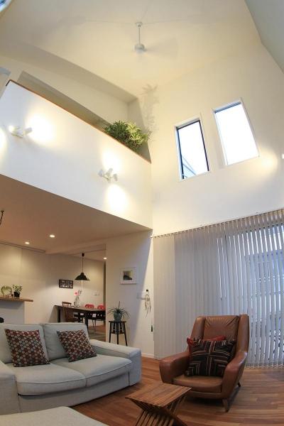"""1階リビングより2階を見上げる (ご夫婦の「こうしたい」を一つひとつ叶えた """"どこを見ても愛おしい家"""")"""