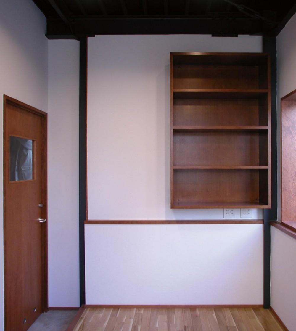 倉庫がスタジオに生まれ変わった元町の家 (スタジオ 事務室兼応接間)