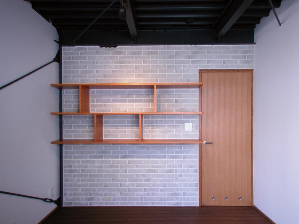 倉庫がスタジオに生まれ変わった元町の家 (高い天井を持つリビングダイニング)