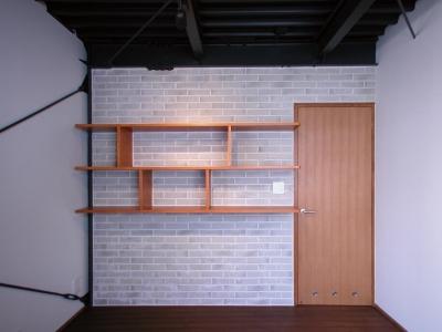 高い天井を持つリビングダイニング (倉庫がスタジオに生まれ変わった元町の家)