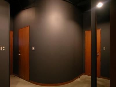 スタジオロビー (倉庫がスタジオに生まれ変わった元町の家)