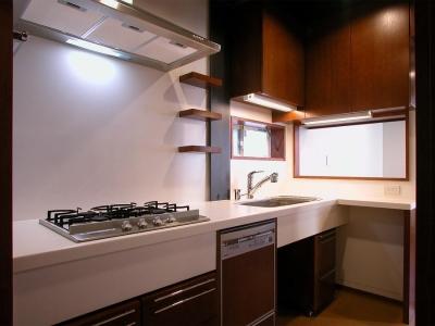 倉庫がスタジオに生まれ変わった元町の家 (使いやすそうなキッチン)