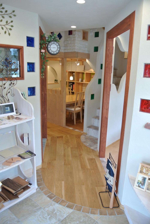 店舗・オフィスに使用されている無垢フローリング、積層フローリングの施工事例 (オーク(ナラ) 乱尺 ナチュラル 無垢フローリング)