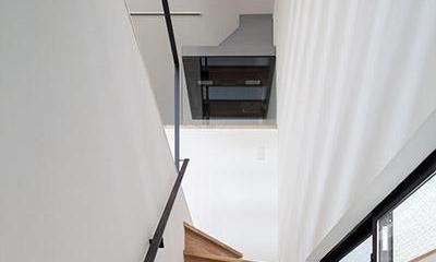 白糸台の家 (2階へ上がる階段(撮影:平井広行))