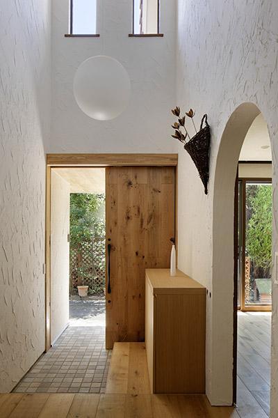 長野市風間の家の写真 吹き抜けの玄関(撮影:繁田諭)