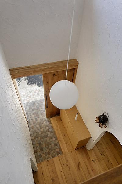 長野市風間の家の部屋 吹き抜け上部より玄関を見下ろす(撮影:繁田諭)