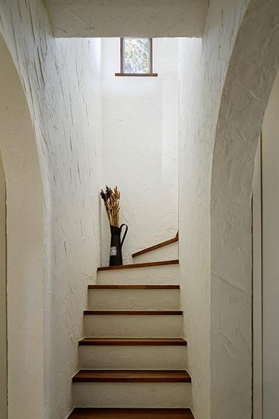 長野市風間の家の部屋 階段(撮影:繁田諭)