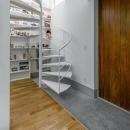 玄関と螺旋階段(撮影:布施貴彦)