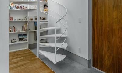 N/HOUSE (玄関と螺旋階段(撮影:布施貴彦))