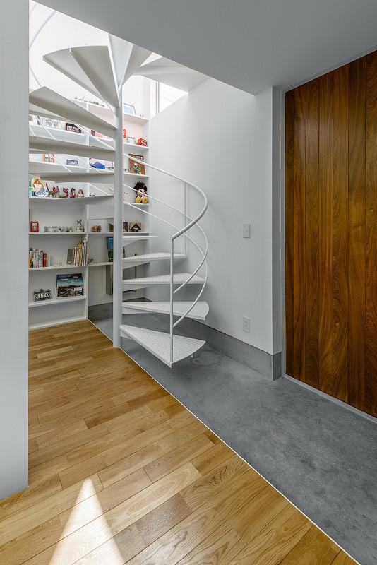 N/HOUSEの部屋 玄関と螺旋階段(撮影:布施貴彦)