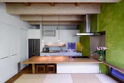リビングよりキッチンを見る(撮影:布施貴彦) (N/HOUSE)