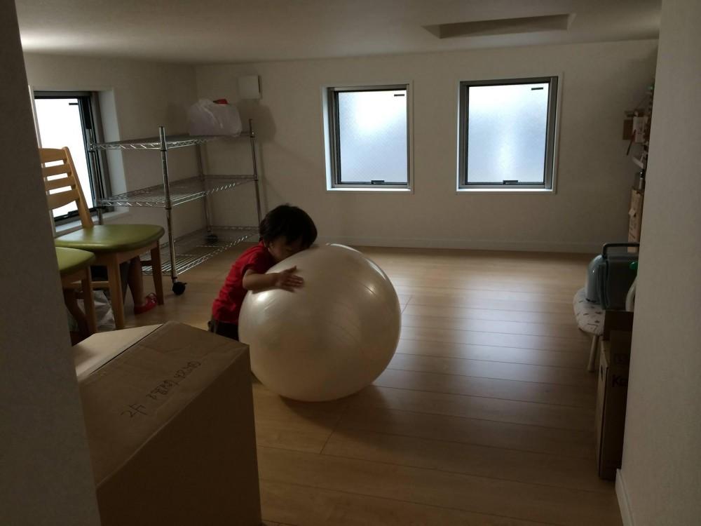 子どもが思いっきり遊べる楽しい家 (階間収納)