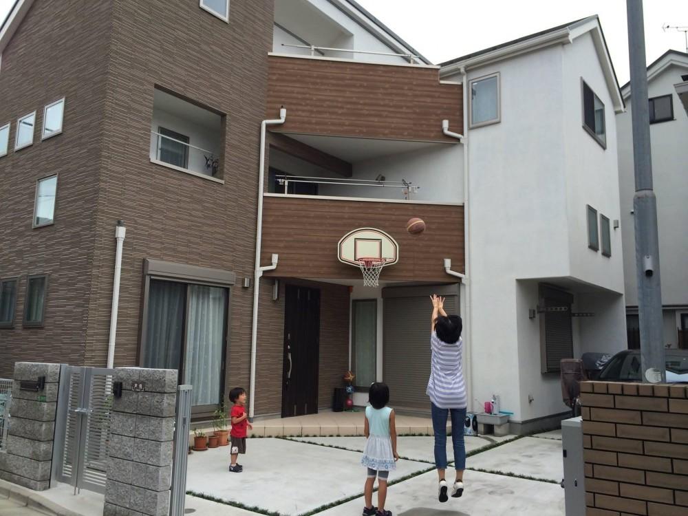 子どもが思いっきり遊べる楽しい家 (敷地内で安心して遊ばせられる広い庭)