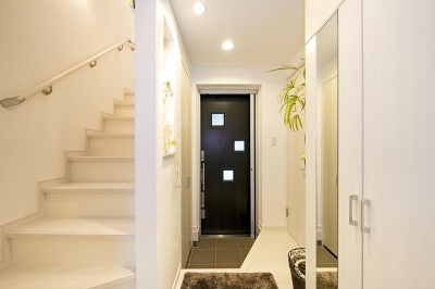 玄関 (建築面積約9坪でここまで広い家)