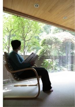 『緩やかな境界線を持つ家』 ワンルームに沢山の場所がある (庭に面した明るいリビング)
