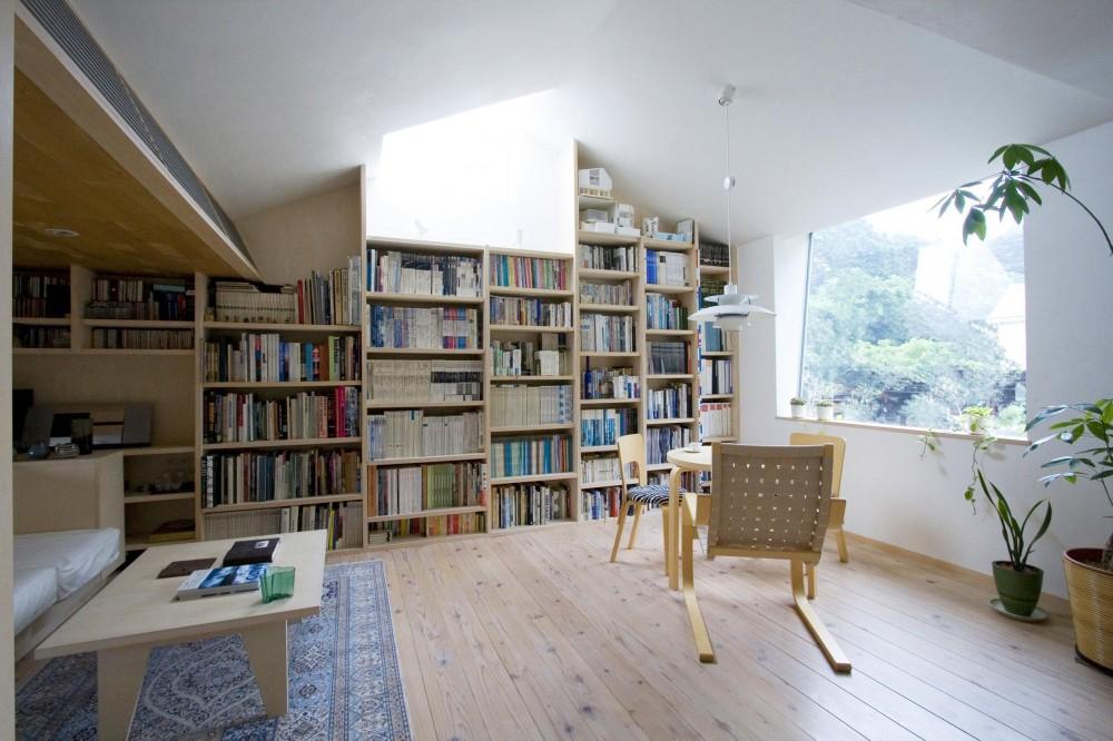 2階アトリエ・居間 (『緩やかな境界線を持つ家』 ワンルームに沢山の場所がある)