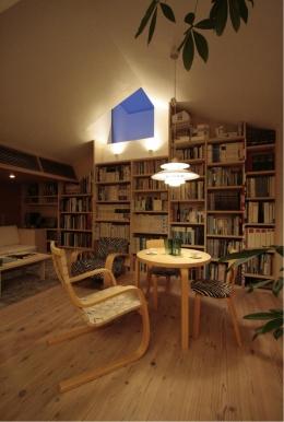 『緩やかな境界線を持つ家』 ワンルームに沢山の場所がある (2階アトリエ・夜景)