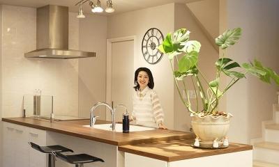 """奥様の理想のイメージを叶えた""""ハンプトンデザイン""""の空間 (キッチン)"""