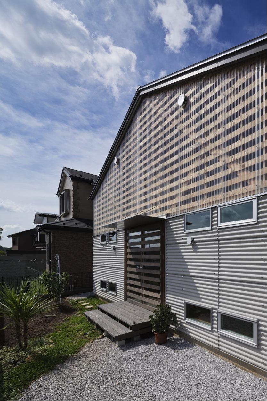 『外・〈外〉・《外》』家の中に家がある!の部屋 クローバー畑に面する大屋根の平屋 外観