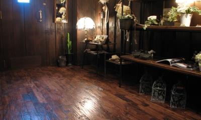 チェスナット(栗) ユニ アンティーク(なぐり) 無垢フローリング 店舗・オフィスに使用されている無垢フローリング、積層フローリングの施工事例
