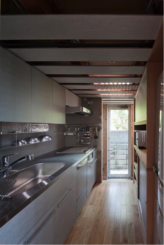 『外・〈外〉・《外》』家の中に家がある!の部屋 素材感のあるコンパクトなキッチン