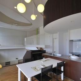ダイニングキッチン (図書階段のある家)