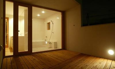 円山西町の家 (バルコニーから浴室を見る)